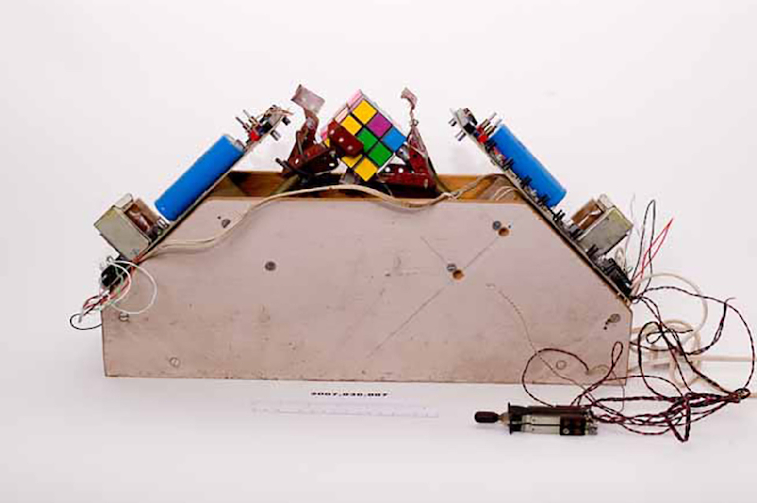 A device that mechanically solves rubiks cubes