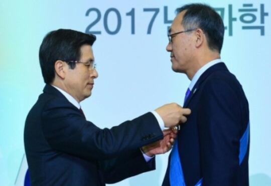 Professor Chun receiving an award