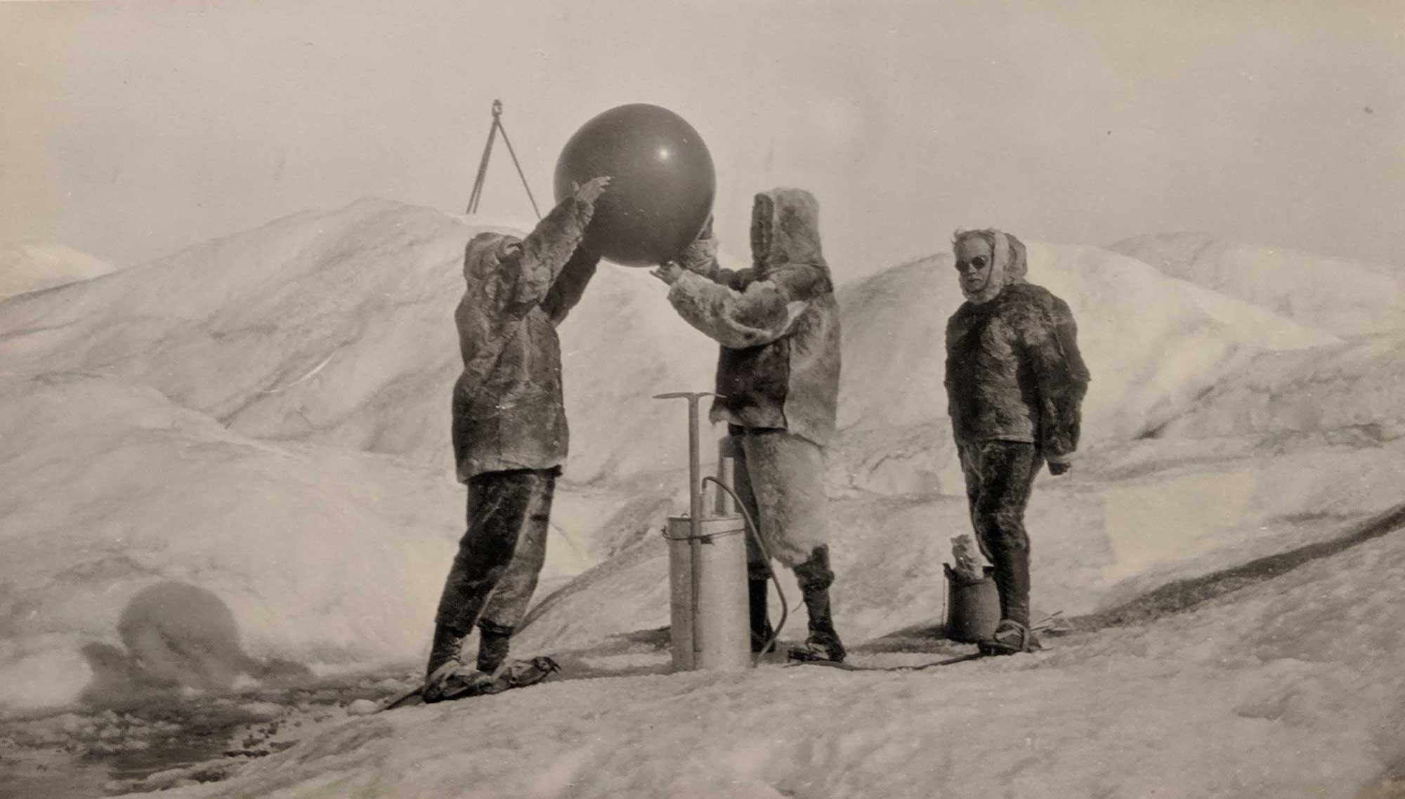 Launching balloon with instrument. Greenland, 1926.