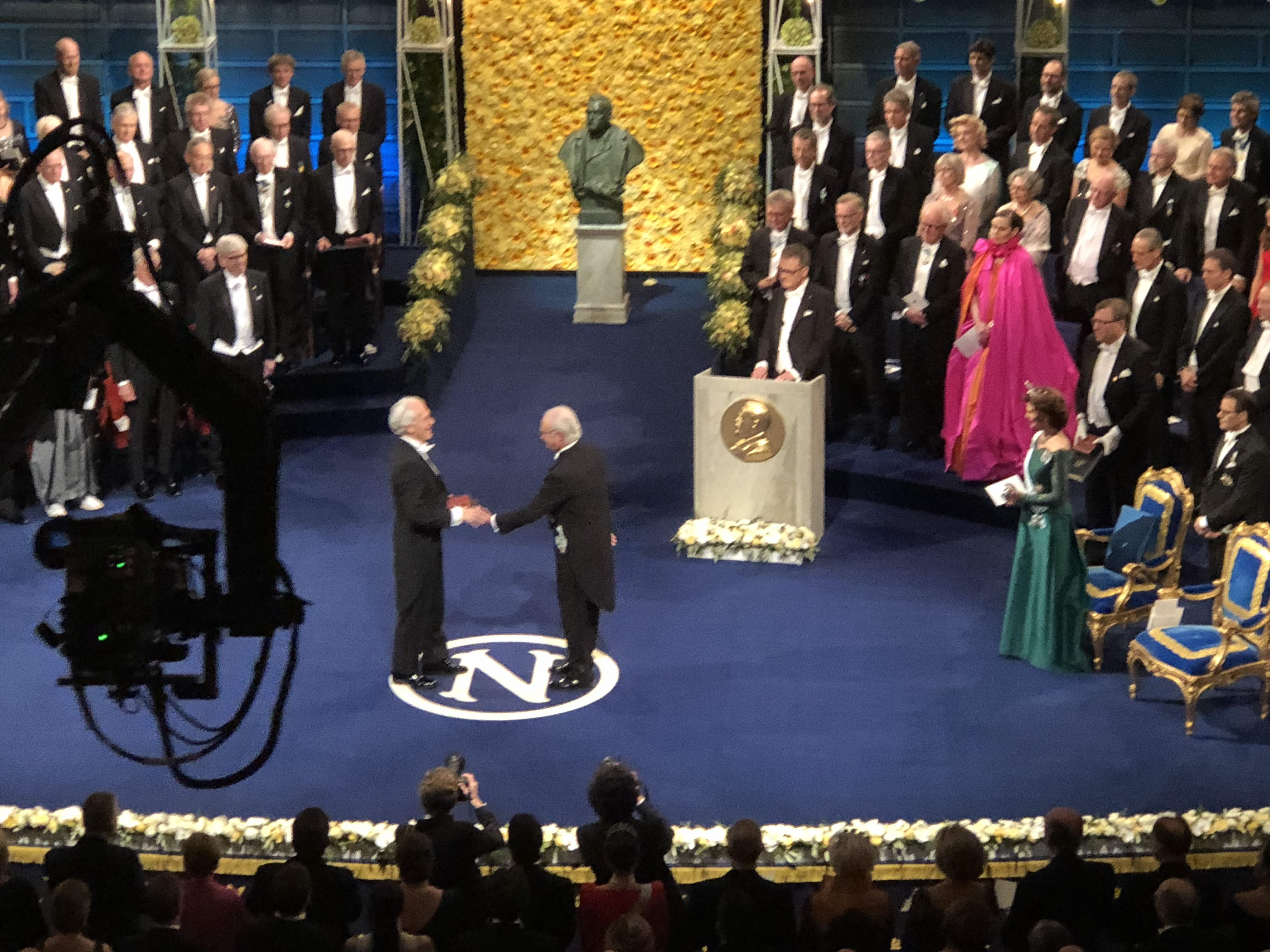 Gérard Mourou accepts the Nobel Prize in Physics from the King of Sweden.