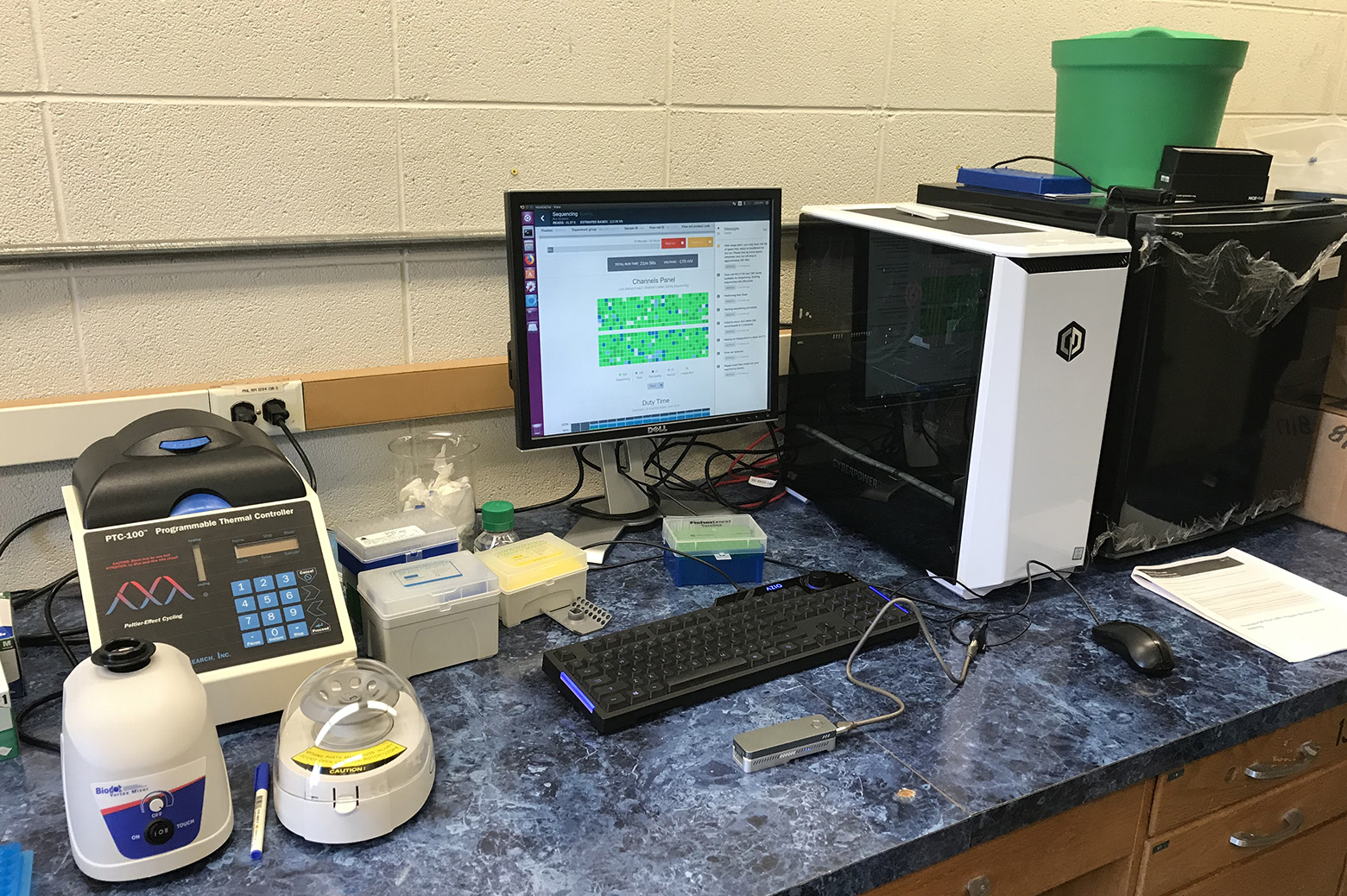 Gene sequencing device at workstation